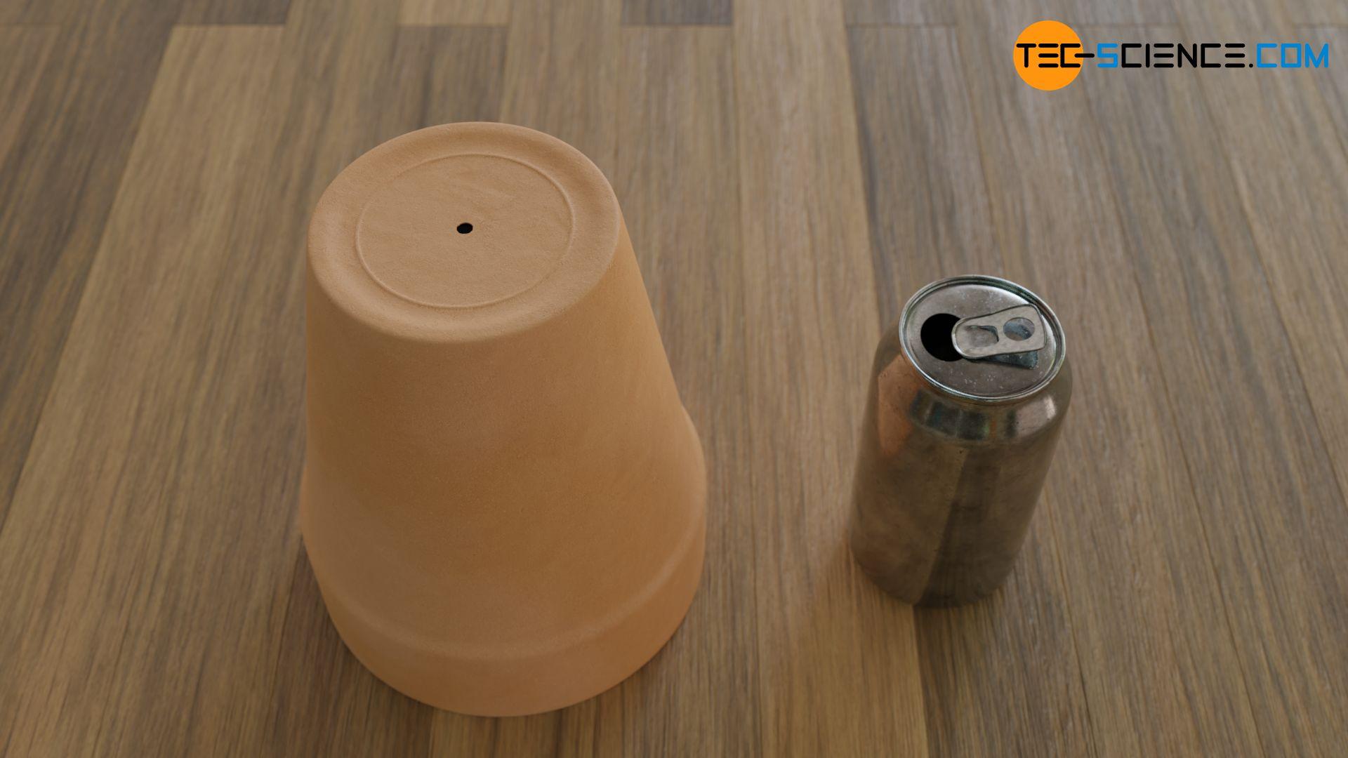 Blumentopf mit Bodenöffnung und eine leere geöffnete Getränkedose