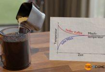 Einstellen einer Mischtemperatur beim Eingießen kalter Milch in eine Tasse mit heißem Kaffee